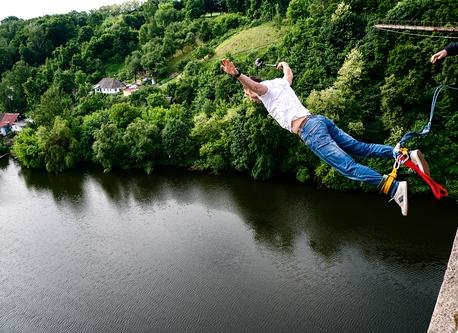 Bungee jumping v Chomutově nad řekou Hačka, ilustrativní foto