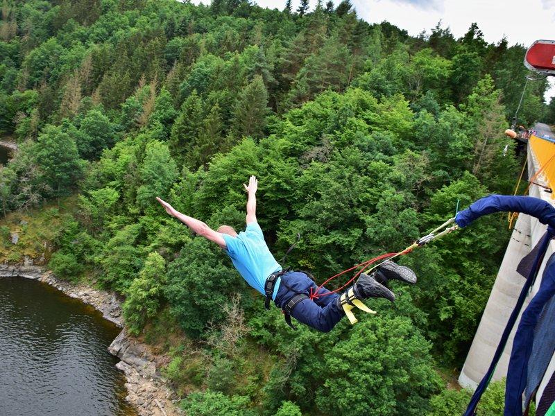 Bungee jumping z mostu ve Zvíkově