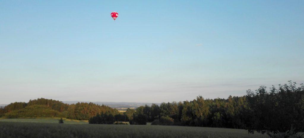 Let balonem České Středohoří nad krajinou, let horkovzdušným balonem